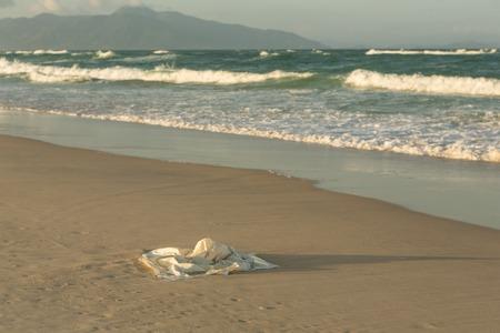 Plastikmüll am Strand im Meer, Plastiktüte verschmutzt das Meer