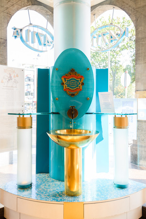 COLOGNE, GERMANY - SEP 23, 2016: 4711 brand store interior, Kölnisch Wasser perfume fountain of Eau de Cologne by Mäurer & Wirtz at the entrance Imagens - 115219700