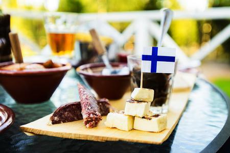 Traditionelles finnisches Fleisch, Fisch, Käsesnacks, Blick von oben Standard-Bild