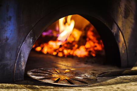 Schop voor traditionele Italiaanse bakstenen pizzaoven