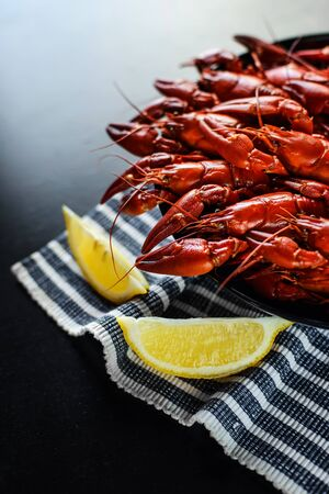 fresh hot red crawfish with lemon on dark wood table 免版税图像
