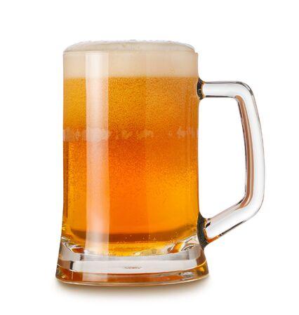 Glaskrug mit Weizenlicht India Pale Ale Bier, Schaum und Blasen auf weißem Hintergrund