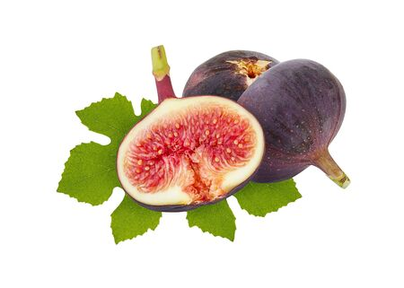 Fig berry. Ripe whole figs and half with green leaf isolated on white background. Banque d'images