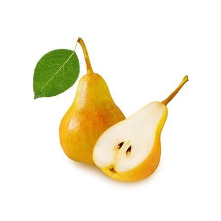 Gelbe reife saftige ganze Birnenfrucht mit grünem Blatt und geschnittener Birnenhälfte isoliert auf weißem Hintergrund