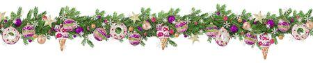 Borde de Navidad extra ancho con ramas de abeto, juguetes, adornos, bolas y copos de nieve salpicados de nieve aislado en blanco. Formato panorámico.
