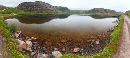 Meer met schoon, zoet water aan de kust van de Barentszee. Kola schiereiland, Rusland.
