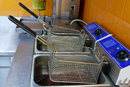 Ein Gerät zum Garen von Kartoffeln und Fleisch in frittiertem.