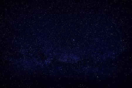 Estrellas brillantes en el cielo nocturno, vista de espacio abierto. Foto de archivo