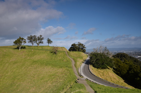 Mount Eden (or Maungawhau (Maungafau), ie mountain tree Whau (FAA) in the Maori language) - the highest point in Auckland (196 m above sea level). The mountain is famous for its volcano, extinct 15 centuries nazad.Chasheobrazny crater on the top of the mo