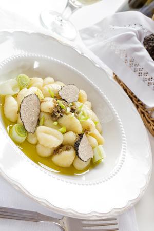 truffe blanche: Gnocchi � la truffe coup�e sur la plaque blanche Banque d'images