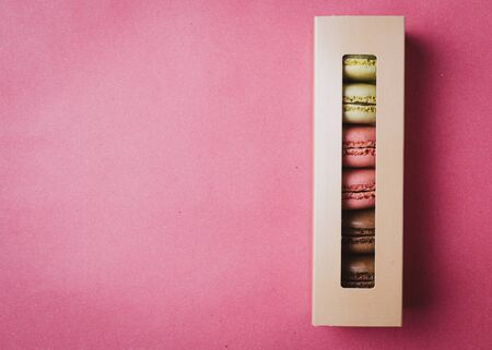 Gift box with macarons.  Colorful pink background. Banque d'images - 138462550