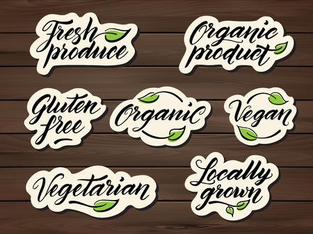 Dibujado a mano leyendas grabadas en alimentos saludables. Etiqueta, insignia, logotipo de la plantilla en un fondo de madera. Eps 10 vectores. Logos