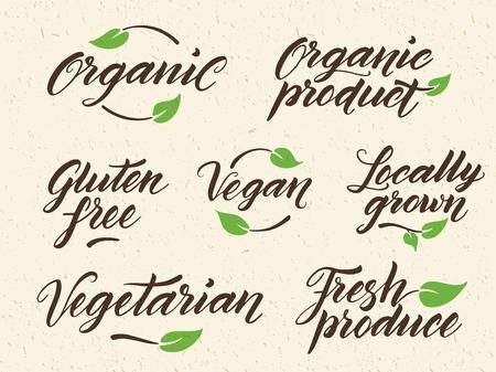saludable logo: Dibujado a mano leyendas grabadas en alimentos orgánicos. Etiqueta, logotipo de la plantilla contra el fondo de papel reciclado. Eps 10 vectores. Vectores