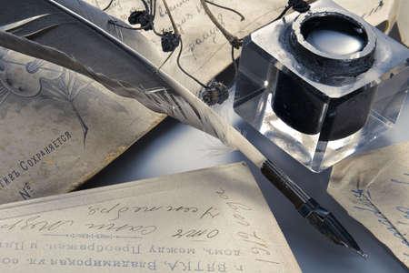 pluma de escribir antigua: Tinta y pluma pluma retro-rom�ntico atributos de la creatividad