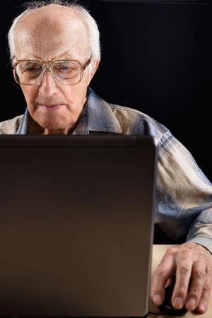 buoyancy: Intelectual altos hombre trabaja en la computadora port�til tarde en la noche  Foto de archivo