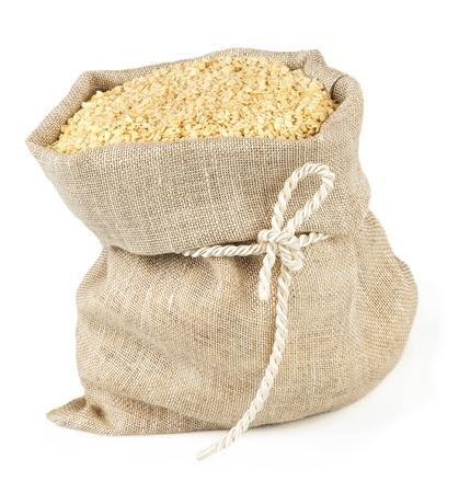 Vista macro di semi di sesamo in sacco di lino con cravatta isolato su sfondo bianco