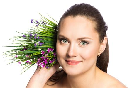 eyes green: Retrato de mujer hermosa con ojos verdes y flores de primavera en primer plano Foto de archivo