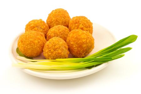 nuggets pollo: Bolas de queso crujiente con cebolla verde en la placa aislada en el fondo blanco