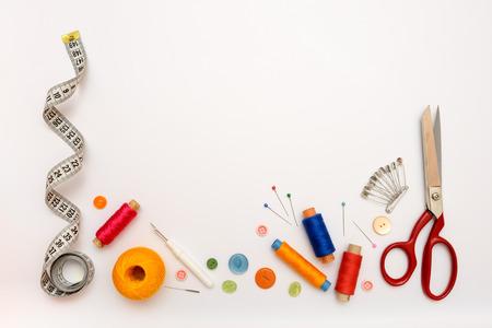 coser: Marco Copyspace con herramientas de costura y accesorios