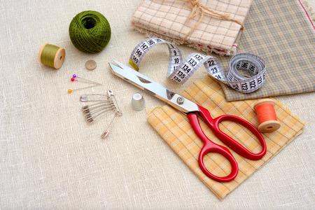 herramientas de trabajo: Herramientas y accesorios de costura en la mesa