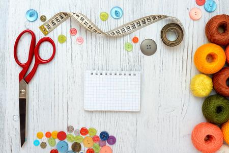 coser: Marco Copyspace con herramientas de costura y accesorios en el fondo de madera blanca Foto de archivo