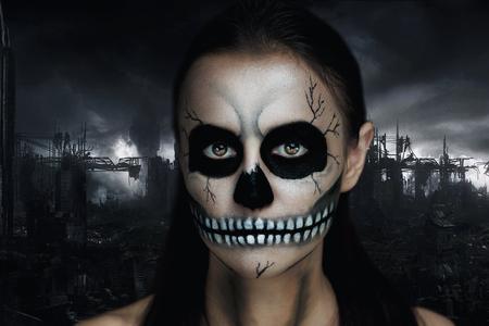 maquillaje fantasia: Muchacha oscura con un terrible maquillaje para la fiesta de Halloween. Terrible esqueleto de un cadáver reanimado. La idea creativa para el club, anuncios de carteles. Fondo negro del cielo gris ciudad en ruinas. Espantoso