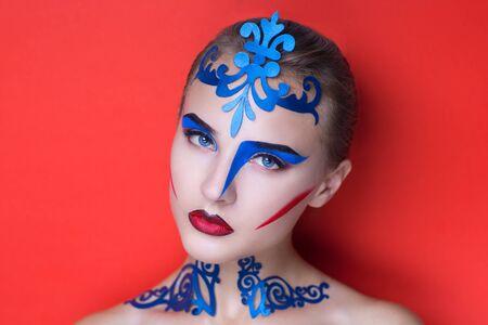 cubismo: Retrato de la mujer hermosa modelo muchacha joven. mirada absurda moda. Maquillaje de la fantasía creativa estilo geométrico cubismo. Expresivos ojos azules cejas flechas de líneas modelo colores brillantes. Rosa rojo
