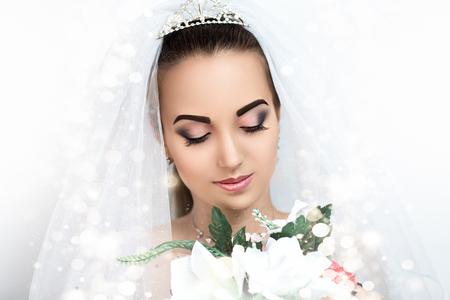 Perfecte Brunette Bruid. Dromen. Verlangen. Schoonheid, mooi. lachende bruid, professionele foto, portret, model gezicht, roze lippen, gesloten ogen, plezier, vreugde, plezier. Lady meisje