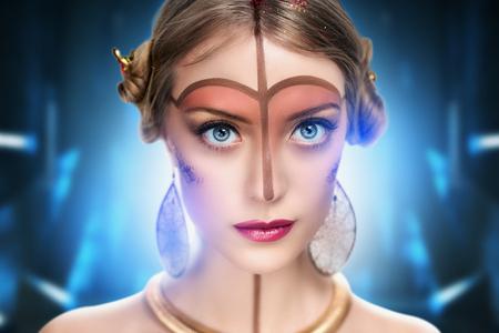 maquillaje de fantasia: hermosa joven, modelo, mujer, princesa, car�cter, extranjero. aspecto fabuloso, m�stica. Brillante, creativo, maquillaje de fantas�a, el estilo de futurismo, el oro, la frente marr�n, l�neas, modelo, la nariz, el cuello, los labios de color rosa.