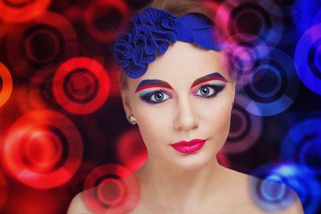 maquillaje fantasia: Retrato de una hermosa joven. Brillante, creativo, audaz, interesante, maquillaje de fantasía. Combinación perfecta, colores ricos. Carmesí, rosa, pintura azul. Fabuloso, mysteus, la apariencia mística. Foto de archivo