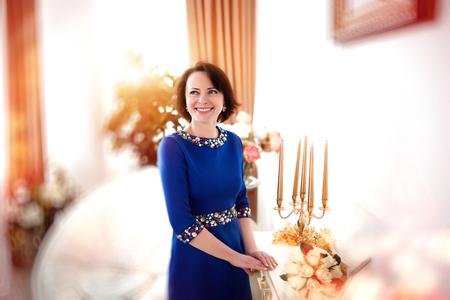 discreto: Joven y bella mujer, se�ora, modelo, actriz, esposa de un millonario, riqueza, lujo, �lite, la felicidad. estilo elegante. discreto maquillaje, figura delgada, elegante vestido azul, ornamentaci�n, piedras preciosas de color. Foto de archivo