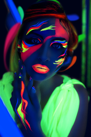 gogo girl: Gesicht der Frau mit fluoreszierenden bilden Kunst. Blauer Hintergrund. Studio gedreht. Rosa, gr�n, gelb Neon Farben. Kreative Idee gut f�r Clubs, Disco, Go-Go, Show Konzerte, Partys. Sexy M�dchen dunkel alien cosmo