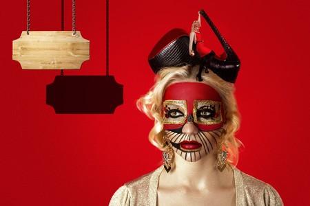 Surrealisme Salvador Dali Room at Woman Face. Realistisch beeld op het mooie vrouwengezicht. Moderne kunst, conceptueel idee. Jurk voor avondfeest, podium, Marilyn Monroe, buitengewone, gekke mode.