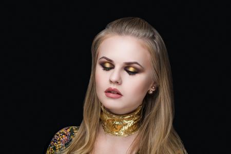 Closeup retrato de dama de mujer hermosa chica con maquillaje profesional y peinado. Lujo Nuevo maquillaje de color brillante, cosméticos brillante brillante lápiz labial de color beige. Joven bonita foto modelo vip persona