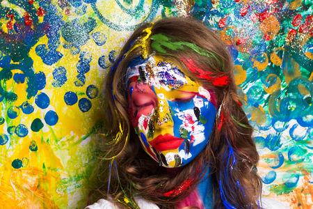 창조적 인 메이크업 새로운 개념적 아이디어입니다. 파란색 빨간색 노란색 흰색 굵게 바디 아트 그림. 초현실적 인 여자 얼굴에 미친 새로운 그래픽 추