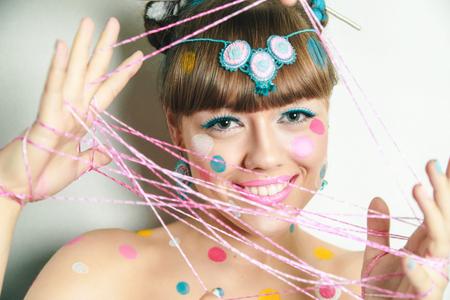 창조적 인 메이크업 새로운 개념적 아이디어입니다. 분홍색 노란색 흰색 굵은 체 그림. 미친 그래픽 추상 그림 여자 얼굴 초현실적 인입니다. 전문 사