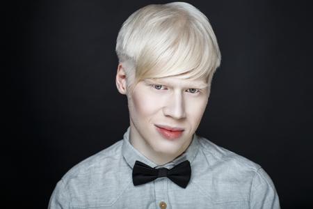 スタイリッシュな男をクローズ アップの肖像画の顔、プロの写真のバナー。ファッション ジャケット セクシーな不良少年。ファッショナブルな髪