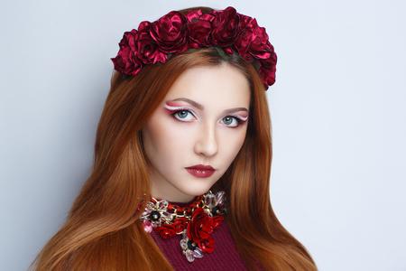 밝은 오렌지 갈색 긴 스트레이트 머리. 동양 아름다움 여자 전문 메이크업입니다. 큰 꽃 화 환 액세서리를 착용 한 아름 다운 여자의 초상화. 젊은 집시 점쟁이가 운명 별자리 예보 스톡 콘텐츠 - 92809892