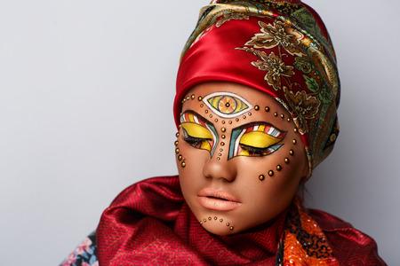 근접 촬영 초상화 아름 다운 여자 여자 레이디, 터 번 그녀의 머리, 빨간색 스카프에 묶여있다. 밝은 노란색 민족 메이크업, 부드러운 립스틱입니다. 전