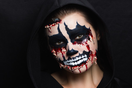 Frauenmonster. Kreatives dunkles Make-up, konzeptionelle Idee für Halloween. Unheimlicher Albtraum, der sich in einen schwarzen Vampir verwandelt, Volumen spitzt Körperkunstmalerei. Professionelle Foto Dunkelheit Hintergrund horizontal