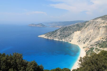 arena blanca: Playa de arena blanca y mar turquesa rodeadas de monta�as