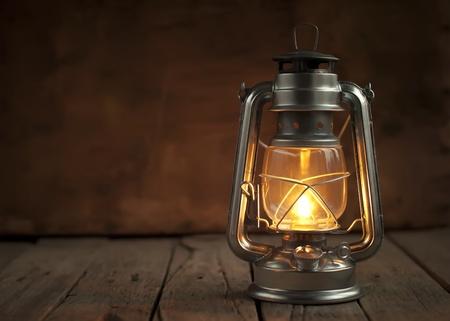 candil: Aceite de la lámpara en la noche en una superficie de madera Foto de archivo