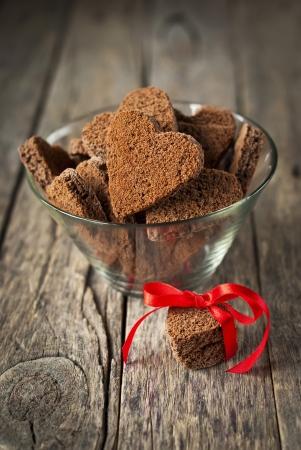 Chocolate Cookies in Form von Herzen am Tag Valentinstag auf hölzernen Hintergrund Standard-Bild - 16855349