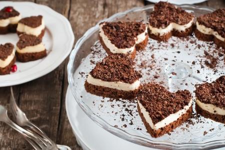 Schokolade Biskuit Valentine Kuchen in der Form von Herzen mit weißen Custard Standard-Bild - 16855367