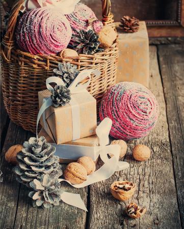 motivos navideños: Vintage Composición de Navidad con regalos, caja, cinta blanca y conos de pino