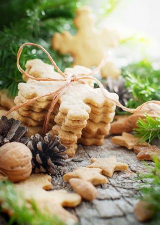 galletas de jengibre: Galletas de jengibre en forma de copos de nieve en el vector de la Navidad