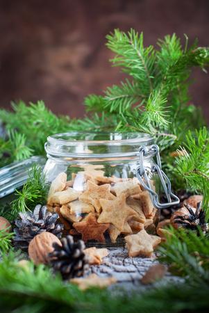 galletas de jengibre: Jengibre Galletas Estrellas en el frasco de vidrio con abeto, composici�n de Navidad