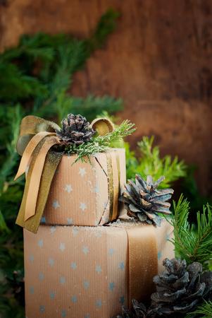 cajas navide�as: Cajas de Navidad de la vendimia con los conos del pino decoraci�n naturales y abeto, imagen de tonos