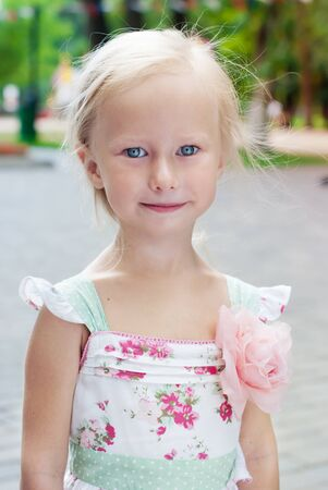 blue eyes: Portrait of Cute Little Girl with Blue Eyes in Summer Park 스톡 사진