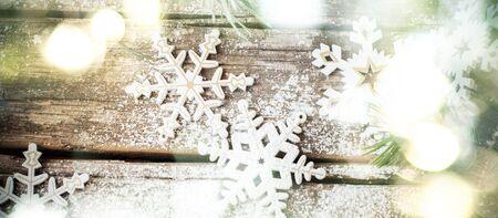 copo de nieve: Antecedentes de Navidad con brillante resplandor y blancos copos de nieve decorativos de madera en el fondo de �poca antigua, como la decoraci�n de Navidad